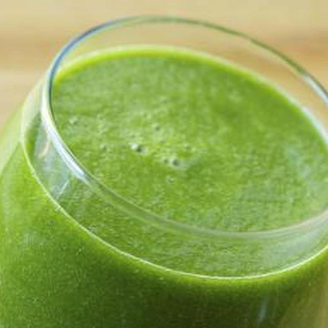 Green vegetable smoothie drink