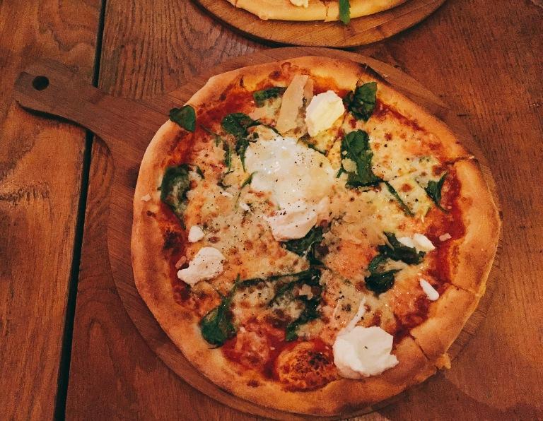 la-vita-e-bella_fashionartmuse_pizza